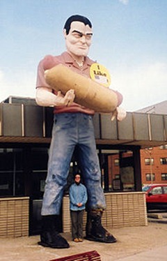 Muffler_Man_with_Hot_Dog