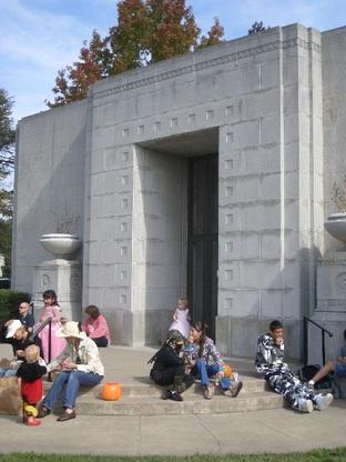 Treats_at_the_mausoleum